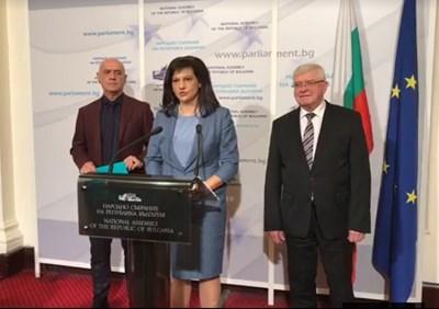 Здравният министър Кирил Ананиев (вдясно) и шефът на НЗОК д-р Дечо Дечев бяха извикани на спешна среща с шефката на парламентарната група на ГЕРБ и на здравната комисия Даниела Дариткова.