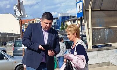 Кандидатът за депутат от ДБ Ивайло Мирчев демонстрира колко е лесно да се грасува с машини.