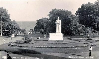 Паметникът на Сталин на входа на градската градина във Варна. Открит е през 1950 г., съборен през 1962 г.