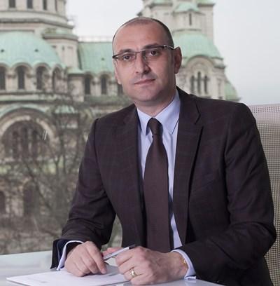 Милен Керемедчиев е роден на 27 септември 1968 г. Бил е зам.-министър на икономиката в правителството на Симеон Сакскобургготски, генерален консул в Дубай (2005-2007) и зам.-министър на външните работи в правителството на Сергей Станишев (2007-2009). В последните години се занимава с консултантски бизнес.