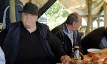 """Вижте как 40 мъже от """"милионерското село"""" се веселят (снимки)"""