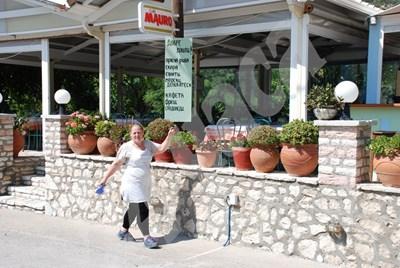 Нина посочва гордо табелата на български език пред  ресторанта. СНИМКА: 24 часа