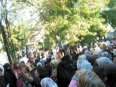 Забулени циганки от махалата в Пазарджик на протест пред съда в града заради делото за радикален ислям.