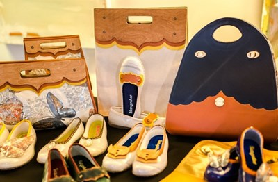 Част от моделите галоши и чанти, които Мариела Скендерова показа в Бостън. СНИМКИ: ЛИЧЕН АРХИВ