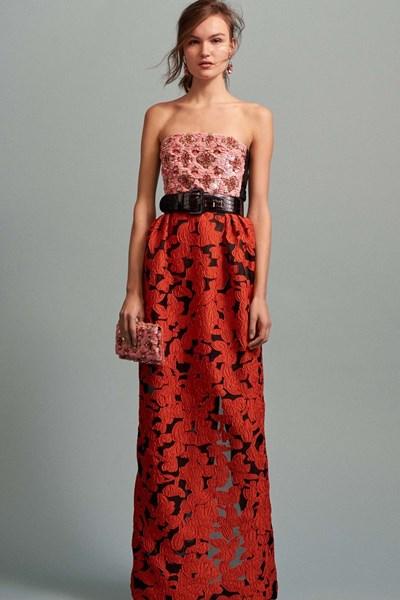 Розово-червена рокля без презрамки от пролетната колекция на Питър Колинг, който зае поста на големия Оскар де ла Рента.