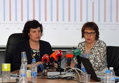 """Заместник-министърът на образованието Таня Михайлова и шефката на дирекция """"Съдържание на предучилищното и училищното образование"""" Евгения Костадинова представят анализа с резултатите от матурите. СНИМКА: Румяна Тонева"""