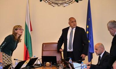 Премиерът Бойко Борисов и заместникът му Томислав Дончев опитаха на заседанието на правителството в сряда да успокоят ромите. СНИМКА: Йордан Симeонов