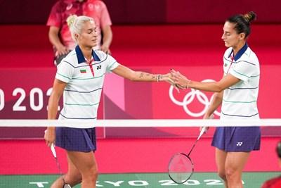 """Габриела (вляво) и Стефани Стоеви се поздравяват след спечелена точко по време на последния си мач от олимпийските игри в """"Мусашино Форест Плаза"""" в Токио. СНИМКА: ЛЮБОМИР АСЕНОВ, LAP.BG"""