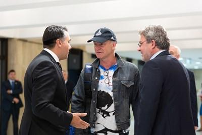 Стинг беше посрещнат в НДК лично от министъра на културата Боил Банов.