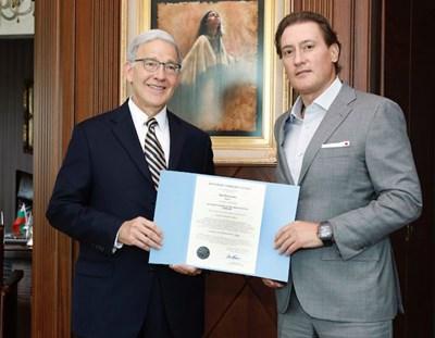 Грамотата и златният печат на Небраска бяха връчени на Кирил Домусчиев от държавния секретар на щата Небраска Робърт Ивнън.
