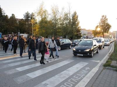 Търновци протестираха като пресичаха масово на кръговото до болницата, част от главния път София-Варна СНИМКА: Дима Максимова