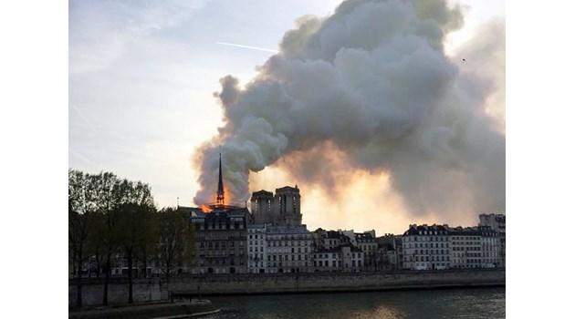 Макрон отложи обръщението си към нацията заради пожара в Нотр Дам