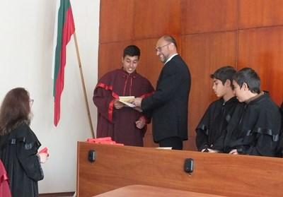 Председателят на районния съд Несебър съдия Евгени Узунов връчва грамоти на учениците.