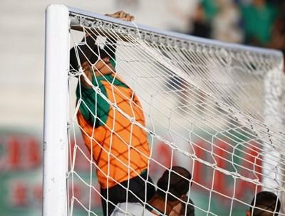 Домакините спено оправят мрежата на вратата преди началото на мача. СНИМКА: Тв Екран
