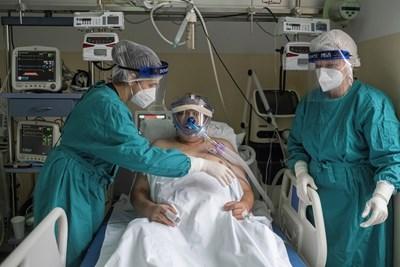 В болници се лекуват заразени с коронавирус, които се нуждаят от респиратор. СНИМКА: Ройтерс
