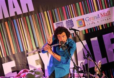 Амир Гвирцман предизвиква публиката да участва в неговите импровизации на над 20 инструмента.