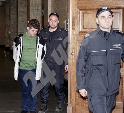 Василев се разплака на излизане от залата СНИМКИ: ДЕСИСЛАВА КУЛЕЛИЕВА СНИМКА: 24 часа
