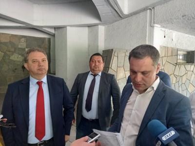 Александър Сиди от ВМРО (вдясно) води в Пловдив-град, а Борис Ячев от НФСБ - в Пловдив-област. Двамата регистрираха листите.