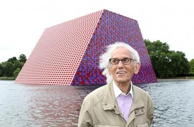 """Кристо заедно с творението си """"Мастаба"""" в Лондон. Скулпторът почина миналата година. СНИМКА: АРХИВ"""