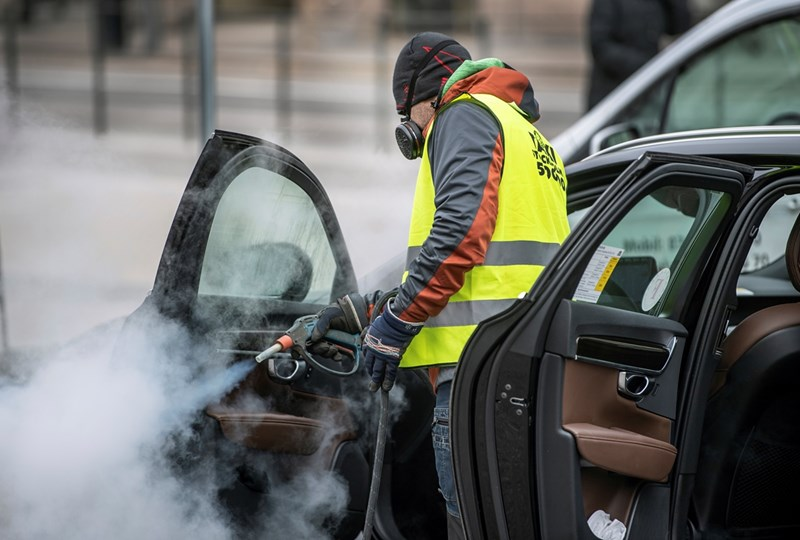 Мъж дезинфекцира такси в Стокхолм, Швеция Снимка: Ройтерс