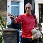 Съветникът на премиера Доминик Къмингс излиза от дома си в Лондон. Той обясни вчера, че е действал разумно и няма да подава оставка.