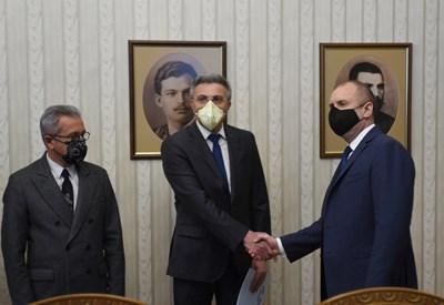 Президентът Радев се ръкува с председателя на ДПС Мустафа Карадайъ. СНИМКА: Велислав Николов