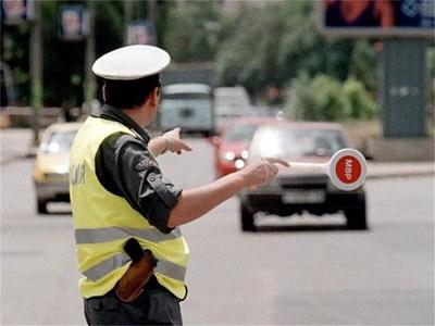 Катаджия спира автомобил за проверка.  СНИМКА: ИВАЙЛО ДОНЧЕВ