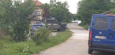Барети обсадиха Очуша заради сигнал, че Зайков е в селото.  СНИМКИ: АВТОРЪТ