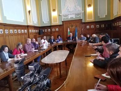 Здравко Димитров прие част от протестиращите и разговаря с тях повече от един час. Срещата ще продължи и в понеделник.