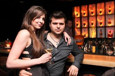 Графичната дизайнерка Снежанка Асенова, която е глухоняма. На снимката е заедно с годеника си.