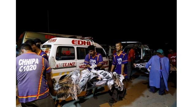 Пътнически самолет с над 100 души на борда се разби в Пакистан
