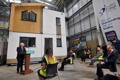 Британският премиер Борис Джонсън говори пред студенти в Технологичния университет в Дъдли. СНИМКИ: РОЙТЕРС