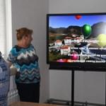 Преподавателката по информационни технологии Елза Личева и заместник-директорката Емилия Юрчиева показват виртуалното изпращане на дванадесетокласниците.