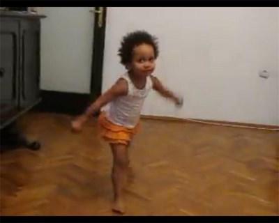 Кадър от клипа, в който Амай танцува.