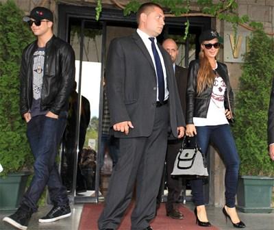 Парис Хилтън позира пред фоторепортерите на летище София. Вляво с очилата и бейзболната шапка е гаджето  Ривър Випери.  СНИМКИ: ПИЕР ПЕТРОВ