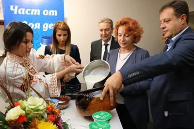 Изложители показа на кмета Даниел Панов традиционна технология по заквасване на мляко