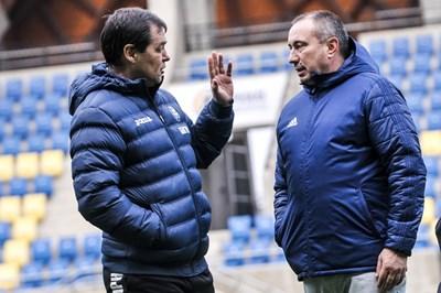 Петър Хубчев и Станимир Стоилов си говорят преди началото на приятелския мач между водените от тях национални отбори на България и Казахстан. СНИМКА: LAP.BG