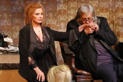 """Стефан Данаилов е необичайно  екстравагантен банкер в пиесата """"Актрисата"""" - с  коса като рокер.  СНИМКА:  БОЖИДАР  МАРКОВ"""