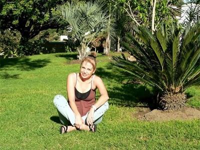 Веска Меджидиева на поляната пред къщата си в ЮАР
