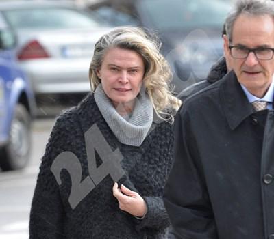 Елена Динева с един от адвокатите си. След решението на апелативния спецсъд тя ще бъде върната в ареста СНИМКА: 24 часа