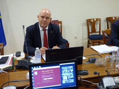 Иван Гешев участва в дискусията, но не гласува.  СНИМКА: РУМЯНА ТОНЕВА