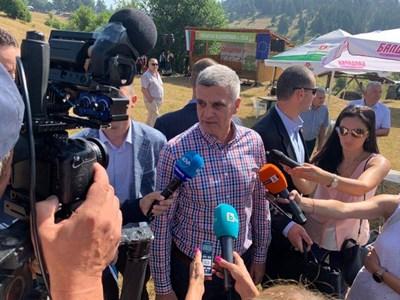Янев говори пред журналистите на поляните над родопското село Гела, където днес се провежда националното гайдарско надсвирване. Снимки Авторът