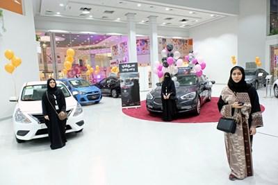 Жените в Саудитска Арабия вече ще могат да посещават не само автомобилни изложения, а и футболни мачове. Снимки РОЙТЕРС