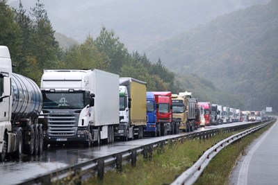 Камионите над 12 тона, които са на пътя в 14 часа днес, трябва да отбият встрани и да изчакат там до 20 часа. СНИМКА: Йордан Симeонов