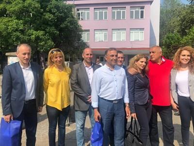 Бойко Борисов и министрите Красимир Вълчев и Владислав Горанов се снимат с учители от гимназията в Нова Загора.