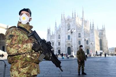 Военни с маски охраняват района на катедралата в Милано, която е затворена заради коронавируса. СНИМКА: РОЙТЕРС
