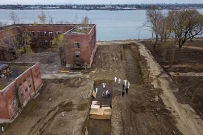 Дронове показват погребения на един от островите край Ню Йорк, където смъртността е изключително висока.