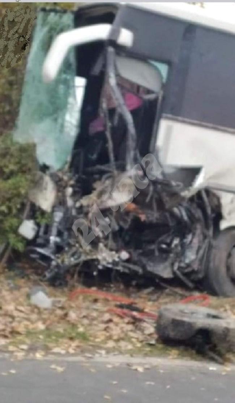 Автобус и джип се блъснаха челно, двама загинаха (Снимки)