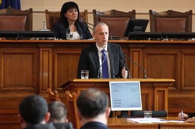 Образователният министър Красимир Вълчев по време на парламентарния контрол.  СНИМКА: РУМЯНА ТОНЕВА