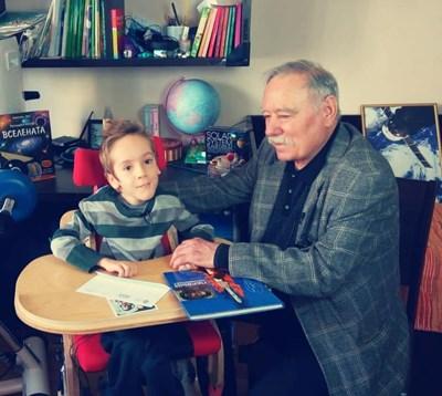 9-годишният Стефан и Георги Иванов разговарят за Космоса. СНИМКИ: ФЕЙСБУК НА ЕЛЕНА ДИМИТРОВА